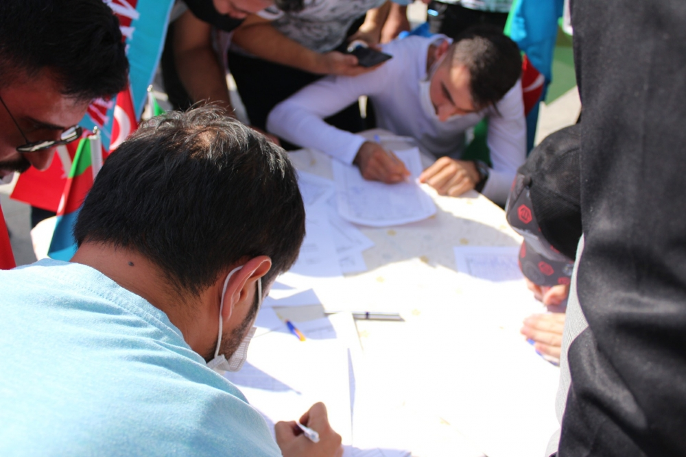 Binlercesi Azerbaycan'a gönüllü asker olmak için sıraya girdi 1