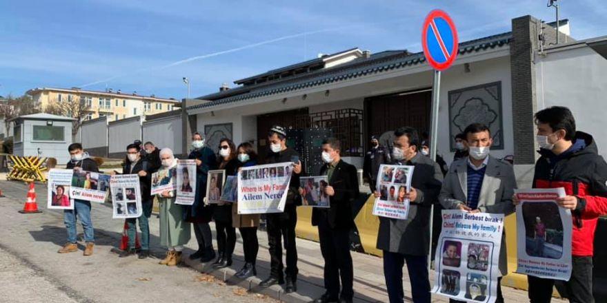 Çin Büyükelçiliğinde Uygur Türkleri Aile Nöbeti Tutmaya Başladı
