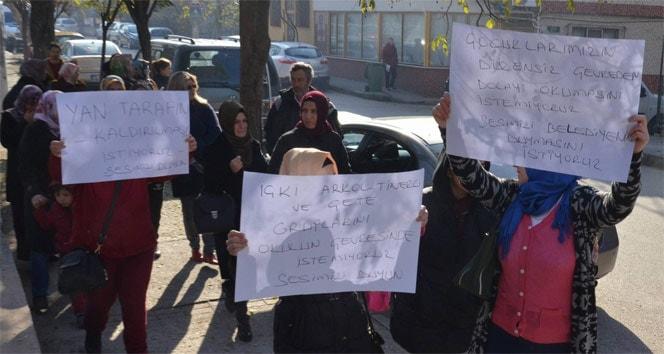 Veliler okul yakınında alkol ve uyuşturucu kullanılmasına karşı yürüdü