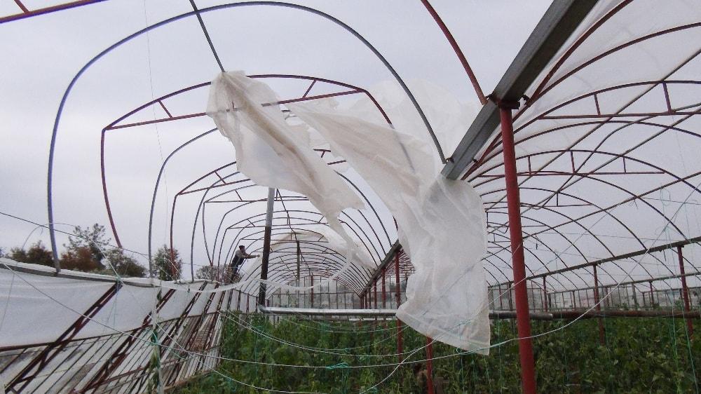 Antalya'da şiddetli fırtına seraları yıktı