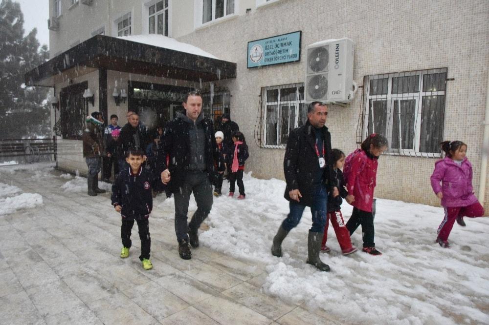 Yoğun kar yağışı öğrencileri rehin aldı
