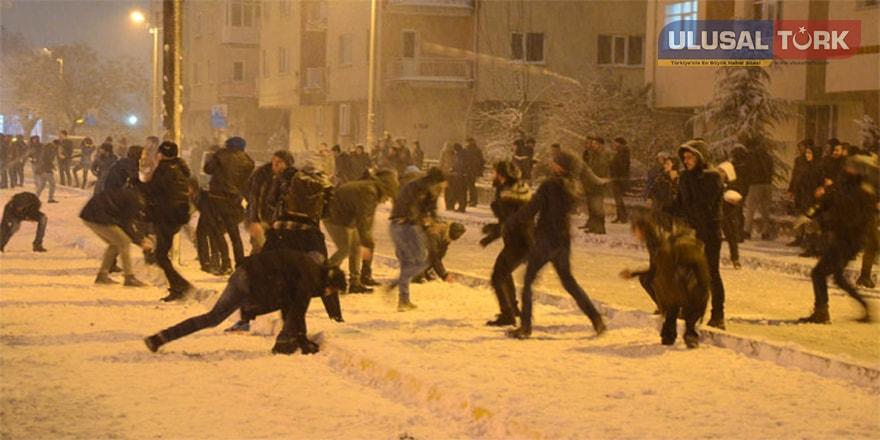 """Eskişehir'de öğrencilerden """"Kartopu Savaşı"""" etkinliği"""