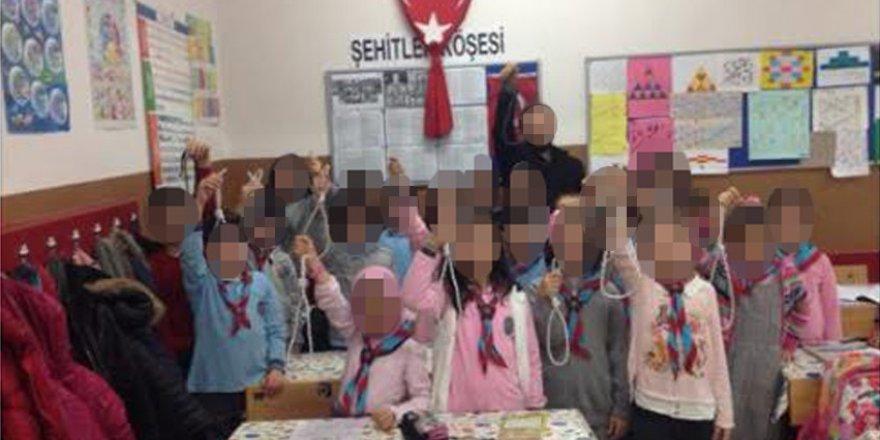 Öğrencilerine idam ipi verdi, açığa alındı