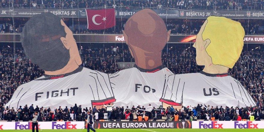 Beşiktaş taraftarları Vodafone Arena'da ilk koreografi yaptı