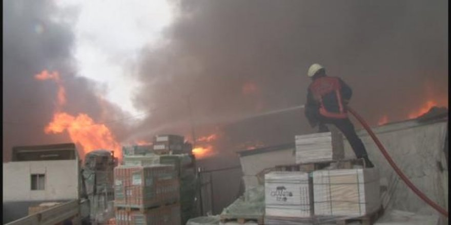 İstanbul'da bulunan bir yapı markette büyük çaplı yangın çıktı