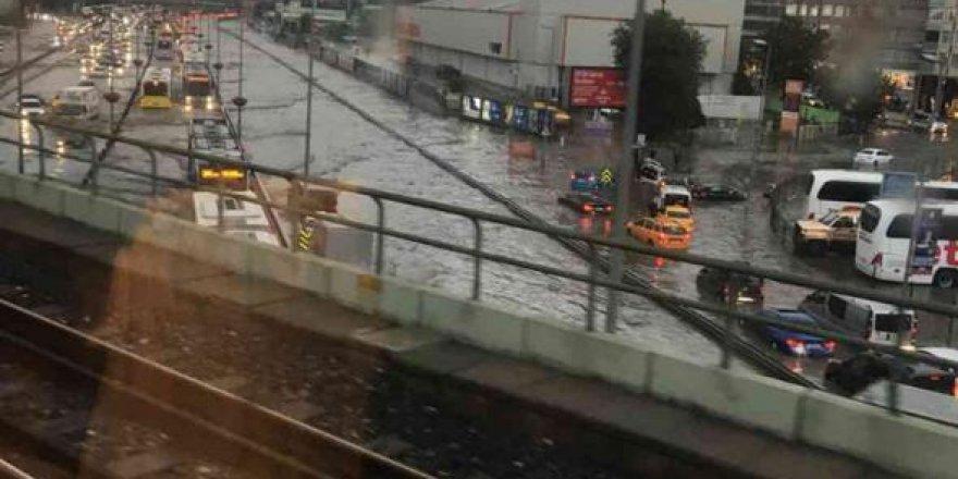 İstanbul'da yağmur şiddetlendi: adeta şehri su bastı!