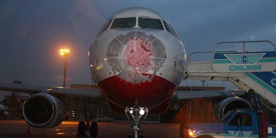 Dolu yağışı uçağı vurdu!