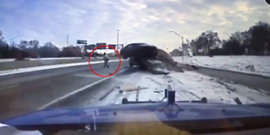 Otomobilin altında kalmaktan son anda kurtuldu