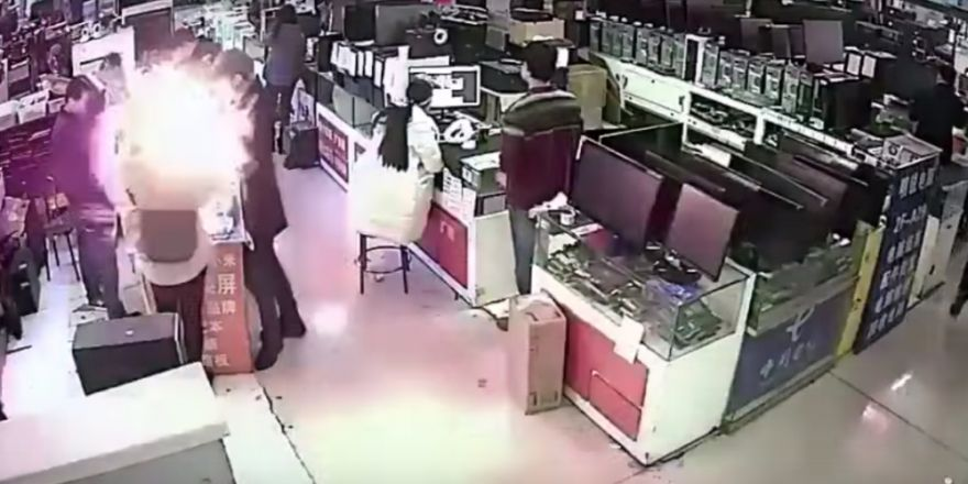 Müşterinin ısırdığı telefon bataryası patladı