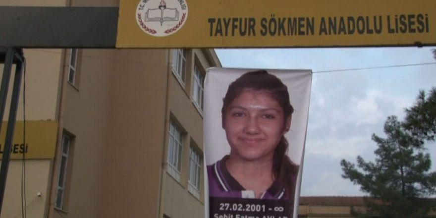 Fatma'nın okuldaki sırası karanfillerle donatıldı
