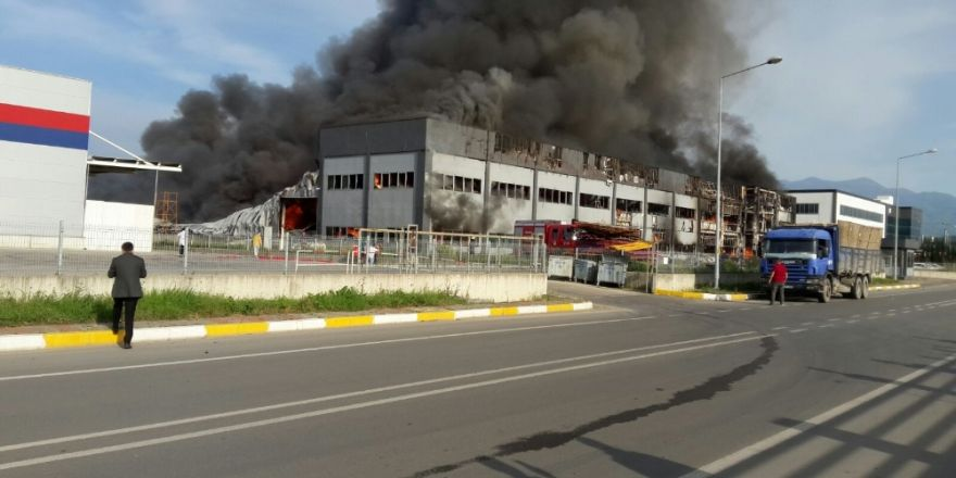 sakarya'nın Hendek ilçesinde 2. OSB bölgesi içerisinde bulunan bir mobilya fabrikasında yangın ile ilgili görsel sonucu