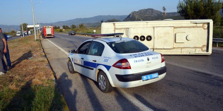 Servis Minibüsü İle Otomobil Çarpıştı: 25 Yaralı