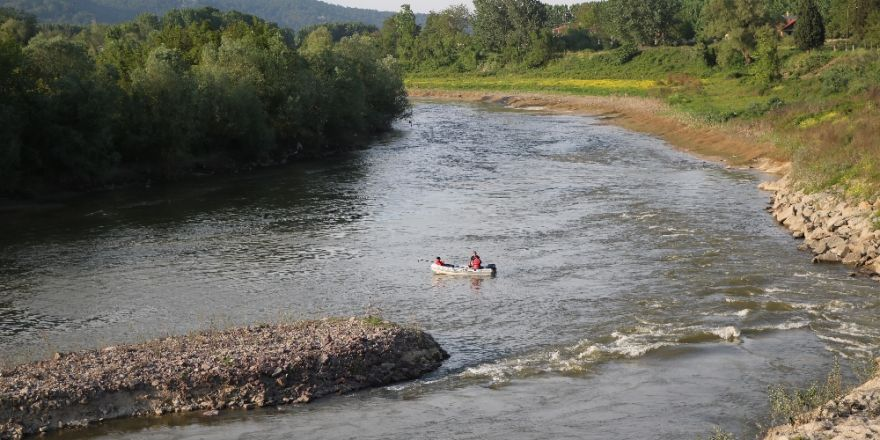 Arkadaşlarına Kızdı Aracını Nehre Attı