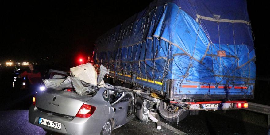 Kaza Yapan Otomobilden Kaçarken Tıra Çarptı: 3 Yaralı