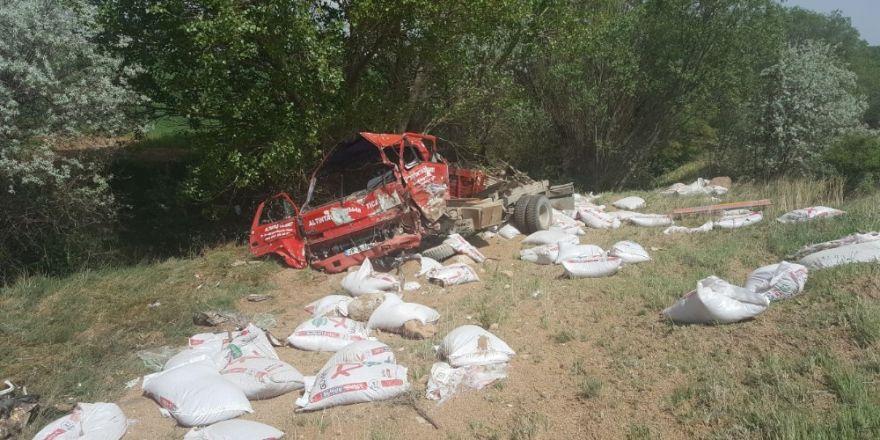 Otomobil İle Kamyonet Kafa Kafaya Çarpıştı: 2 Ölü, 4 Yaralı