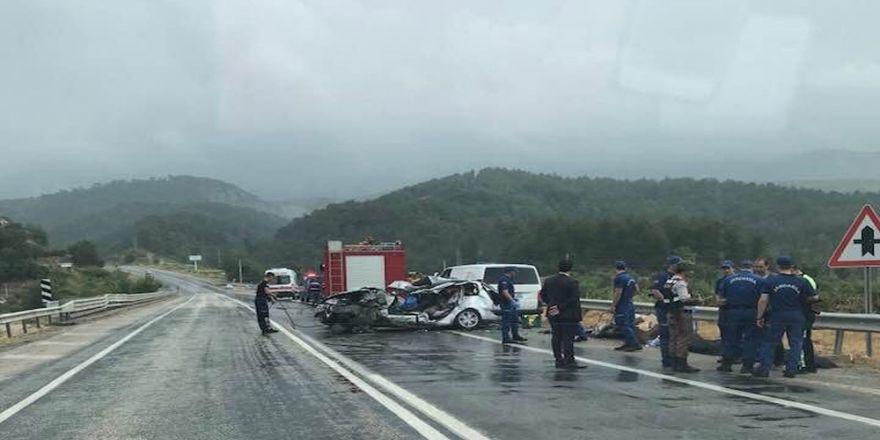 Yolcu Otobüsü İle Otomobil Çarpıştı: 2 Ölü, 4 Yaralı