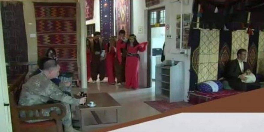 PKK'lılar Amerikan askerlerini eğlendirmek için dansöz oldular