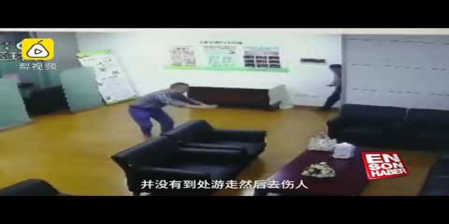 Çin'deki bir bankanın toplantının ortasına yılan düştü