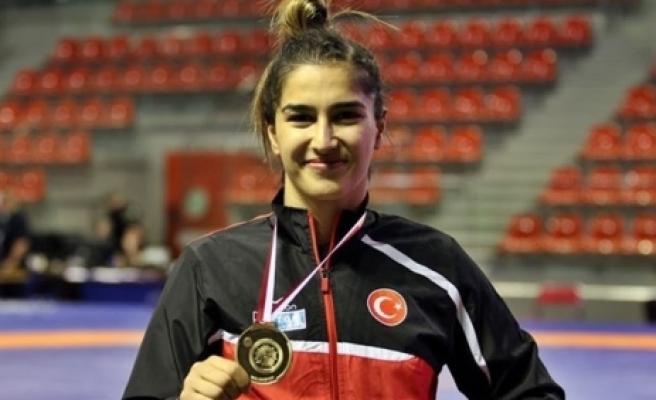 Milli güreşçi Rumen rakibi Alexandra Nicoleta Anghel'i 10-0 yenerek Dünya Şampiyonu oldu