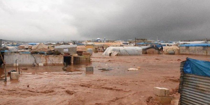 Suriye'de sığınmacı kamplarını vuran selde onbinlerce sivil çadırsız kaldı
