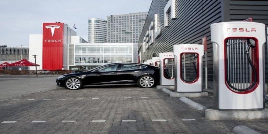 Tesla otomobilleri için şarj istasyonu kullanım fiyatlarını artırıyor
