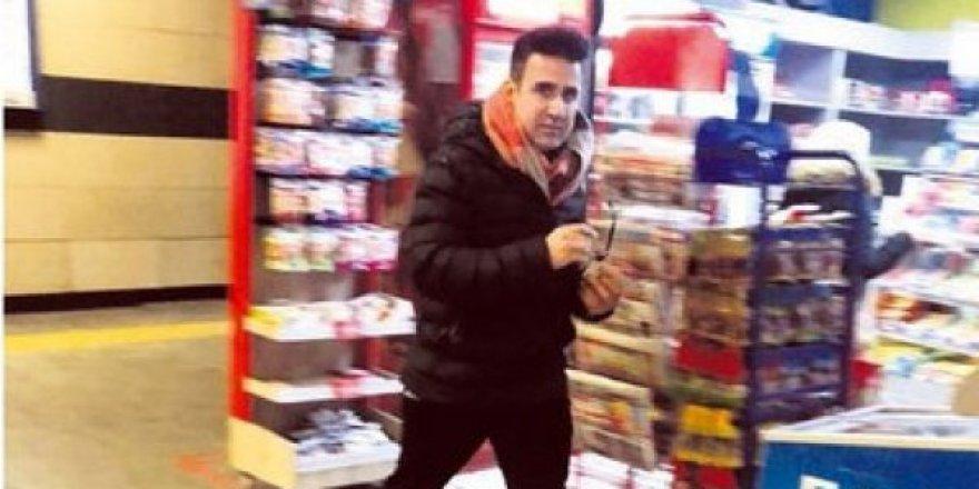 Ünlü şarkıcı Emrah Metroda İstanbulkart doldururken görüntülendi