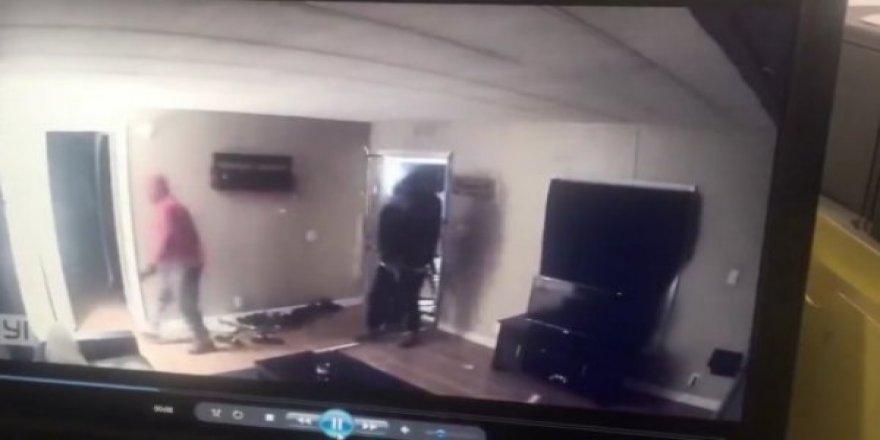 Eve giren hırsızlar,ev sahibini görünce canlarını zor kurtardılar