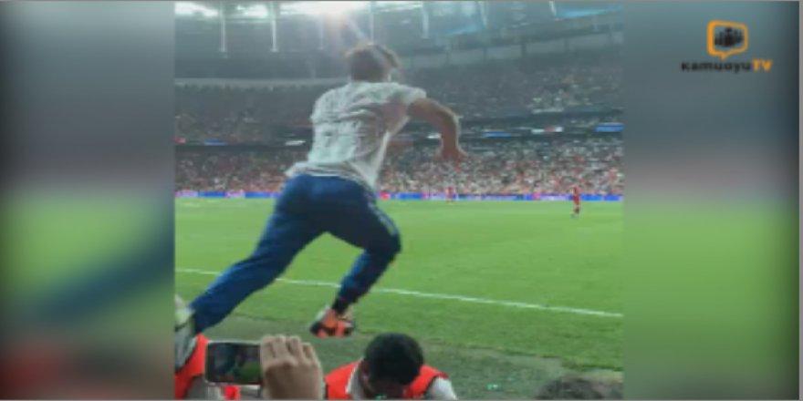 Süper Kupa Finalinde sahaya atladı!