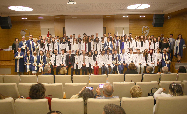 Geleceğin doktor adayları beyaz önlüklerini giydi