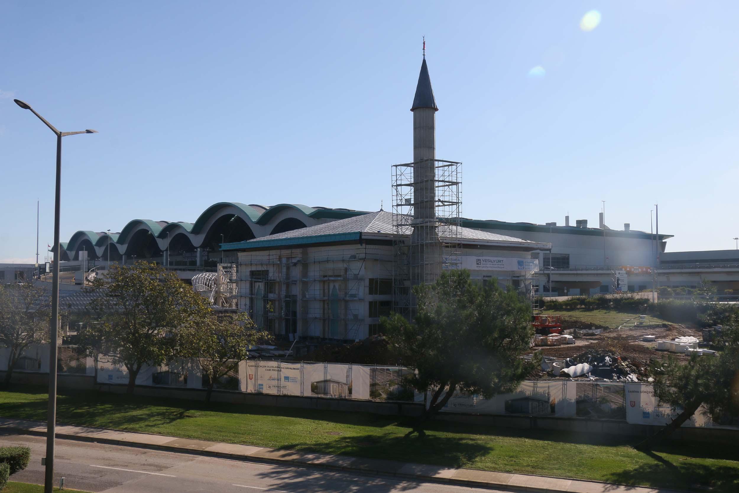 2 bin 800 kişinin aynı anda ibadet etmesine imkân veren Sabiha Gökçen Havalimanı Camii inşaatında sona doğru