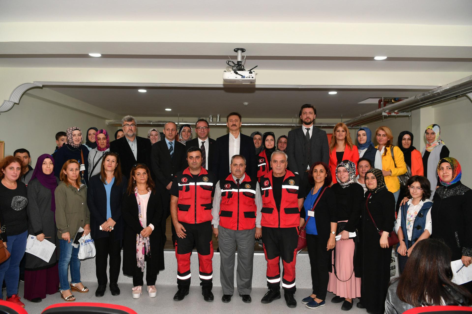 Bahçelievler Belediyesi Arama Kurtarma Birliği tarafından öğrenci velilerine eğitim verildi.