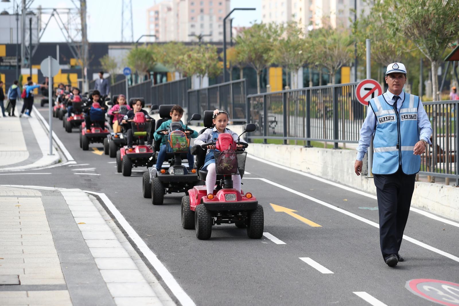 Çocuklar trafik kurallarını eğlenceli ve uygulamalı olarak eğitim araçlarıyla öğreniyor