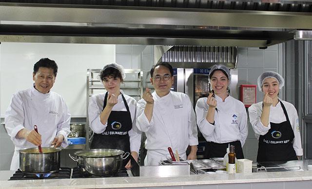 Güney Koreli şefler ve Türk öğrenciler aynı mutfakta buluştu, yemek yaptı