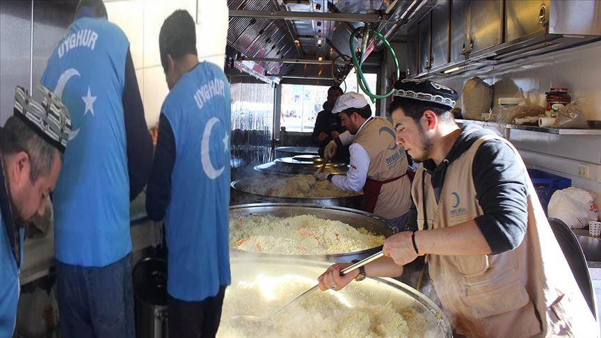 Doğu Türkistanlı Uygur Türkleri plavlarını depremzedeler için pişirdi