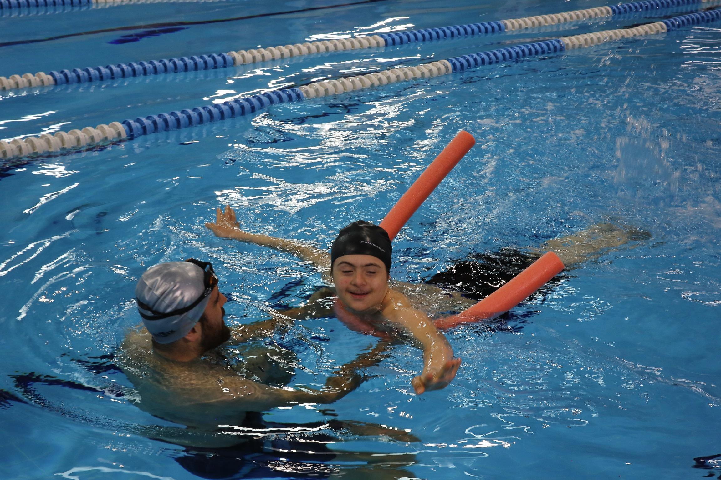 Özel eğitim alan öğrencilere yüzme eğitimi