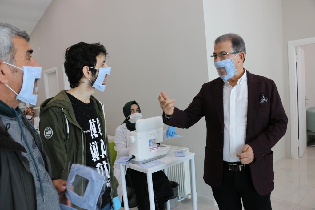 İşitme engelliler unutulmadı, özel maske üretildi.