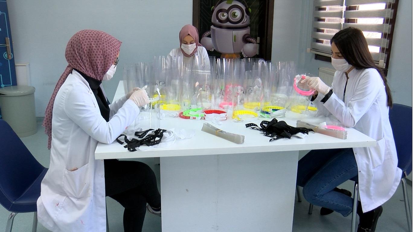 Hastalıkla mücadele için Öğretmenler, sağlık çalışanları için siperli maske üretiyor