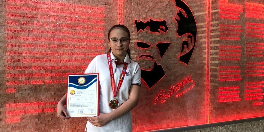 Uluslararası Bilim Temelleri Bilgi Yarışması'na 5'inci sınıf öğrencisi Begüm Tofan damga vurdu