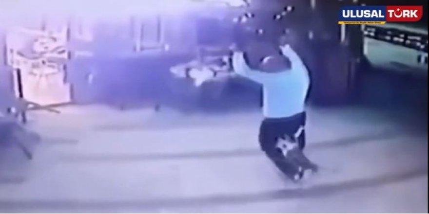 Köpeğini gezdiren adama kedi bir anda saldırınca ortalık karıştı !