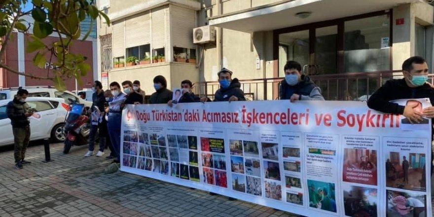 Uygur Türklerinden Suudi Arabistan Konsolosluğu önünde protesto