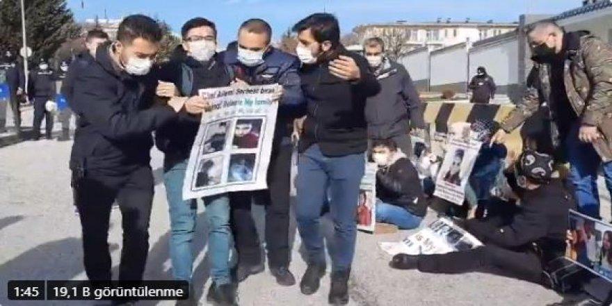 Uygur Türkleri Çin Büyükelçiliği önünde aile nöbetine başladı