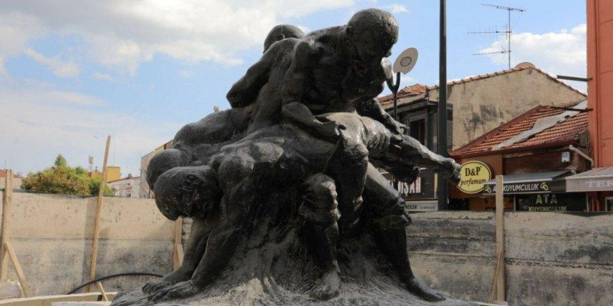 CHP'li Edirne Belediyesi dev heykeli caddenin ortasına taşıdı.