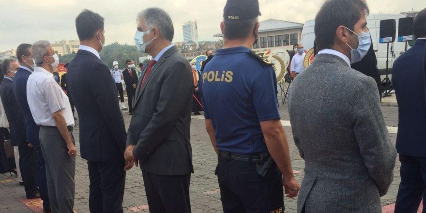 Cumhurbaşkanın mesajı okunurken CHP'li Kadıköy İlçe başkan sırtını döndü