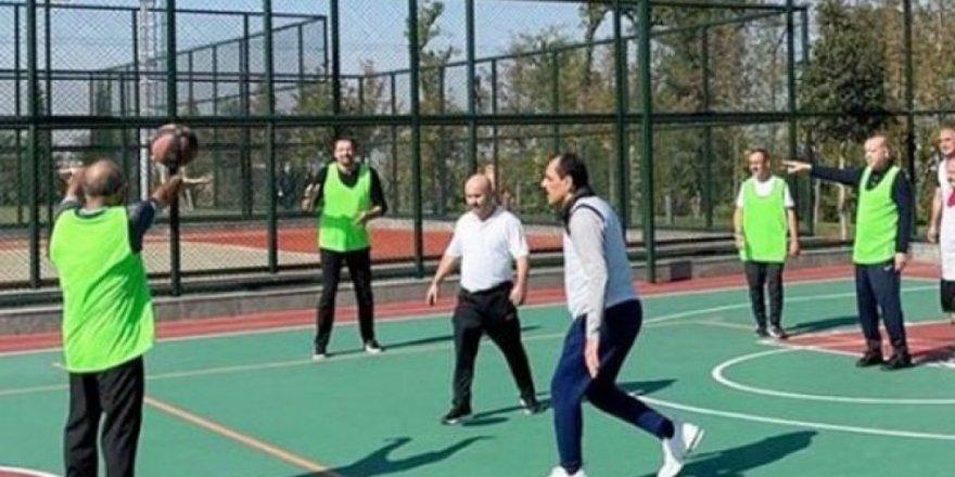 Cumhurbaşkanı Erdoğan danışmanları ile birlikte basketbol maçı yaptı.