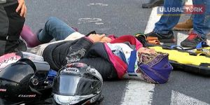 Şerit değiştirmek isteyen otomobil motosiklete çarptı