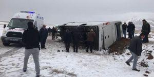 Yoğun kar nedeniyle kayan midibüs kaza yaptı