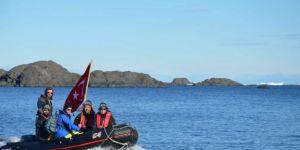 Türk bayrağını Antartika'da dalgalandırdı
