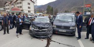 Fikri Işık'ın konvoyu kaza yaptı:5 yaralı
