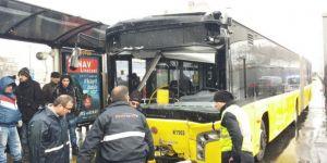 İETT otobüsü kamyon ile çarpıştı, yaralılar var!