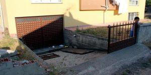 Üç yaşındaki çocuğun şok ölümü: Üzerine demir kapı devrildi!